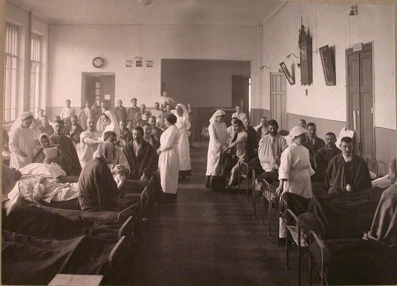09. Раненые и сестры милосердия в палате лазарета,устроенного во 2-м Донском городском училище