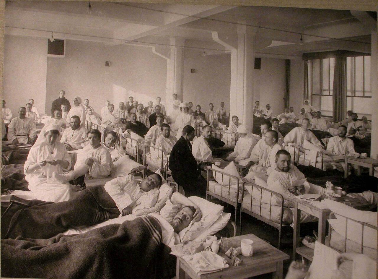31. Медицинский персонал и раненые в палате лазарета Городского кредитного общества