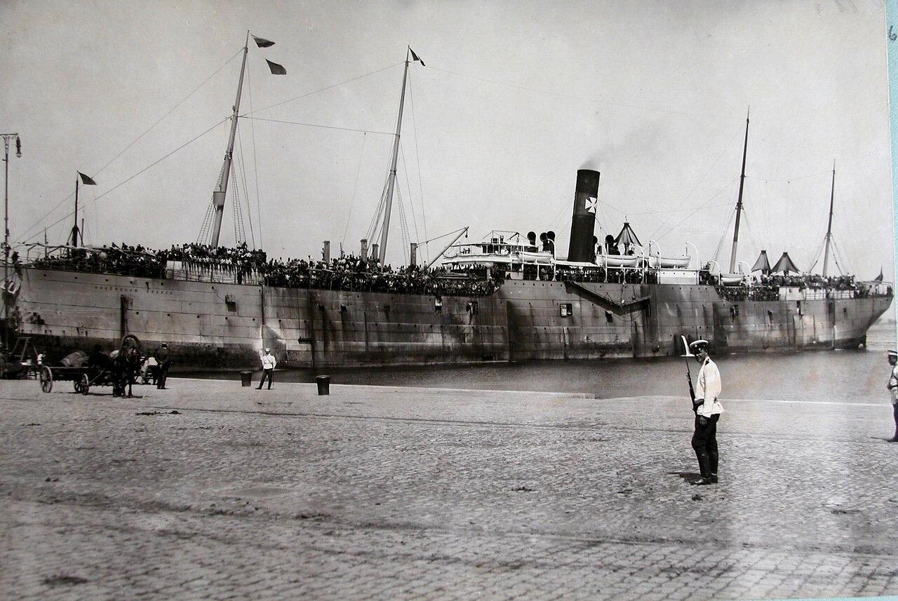 06. Пароход с эвакуируемыми на борту у причала порта