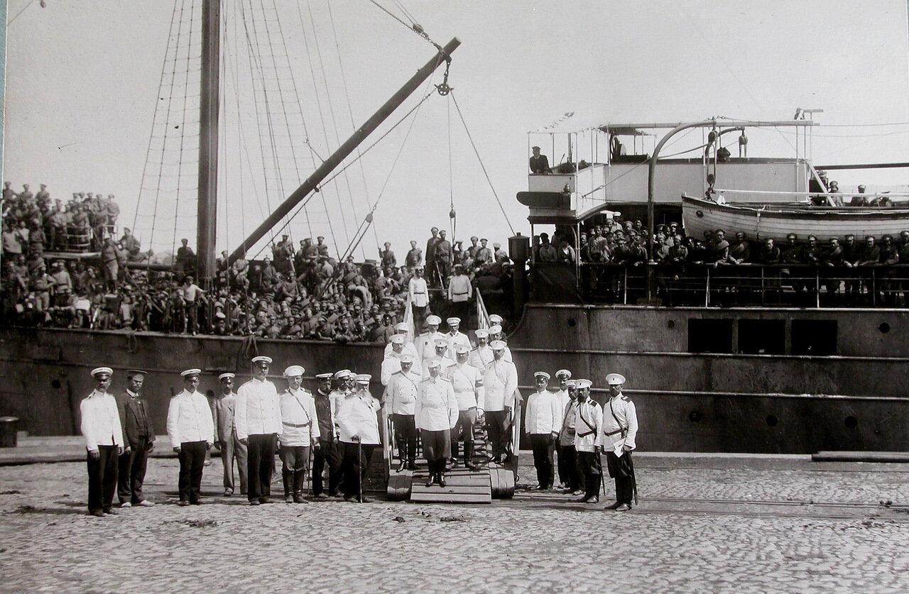 15. Группа офицеров, встречающих прибывших с Дальнего Востока эвакуируемых, на трапе парохода