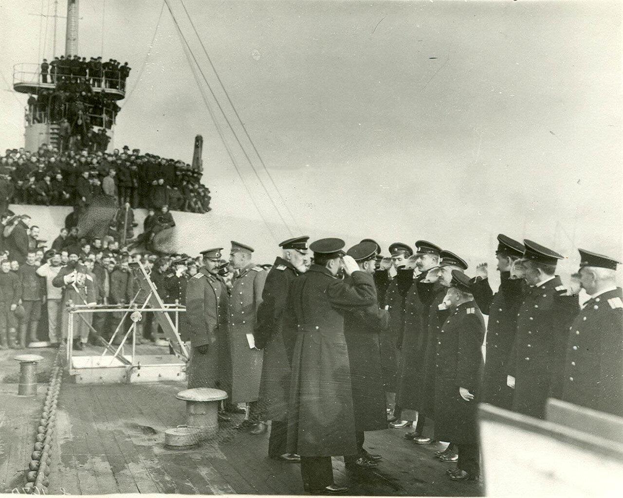 16. Император Николай II здоровается с офицерским составом линкора