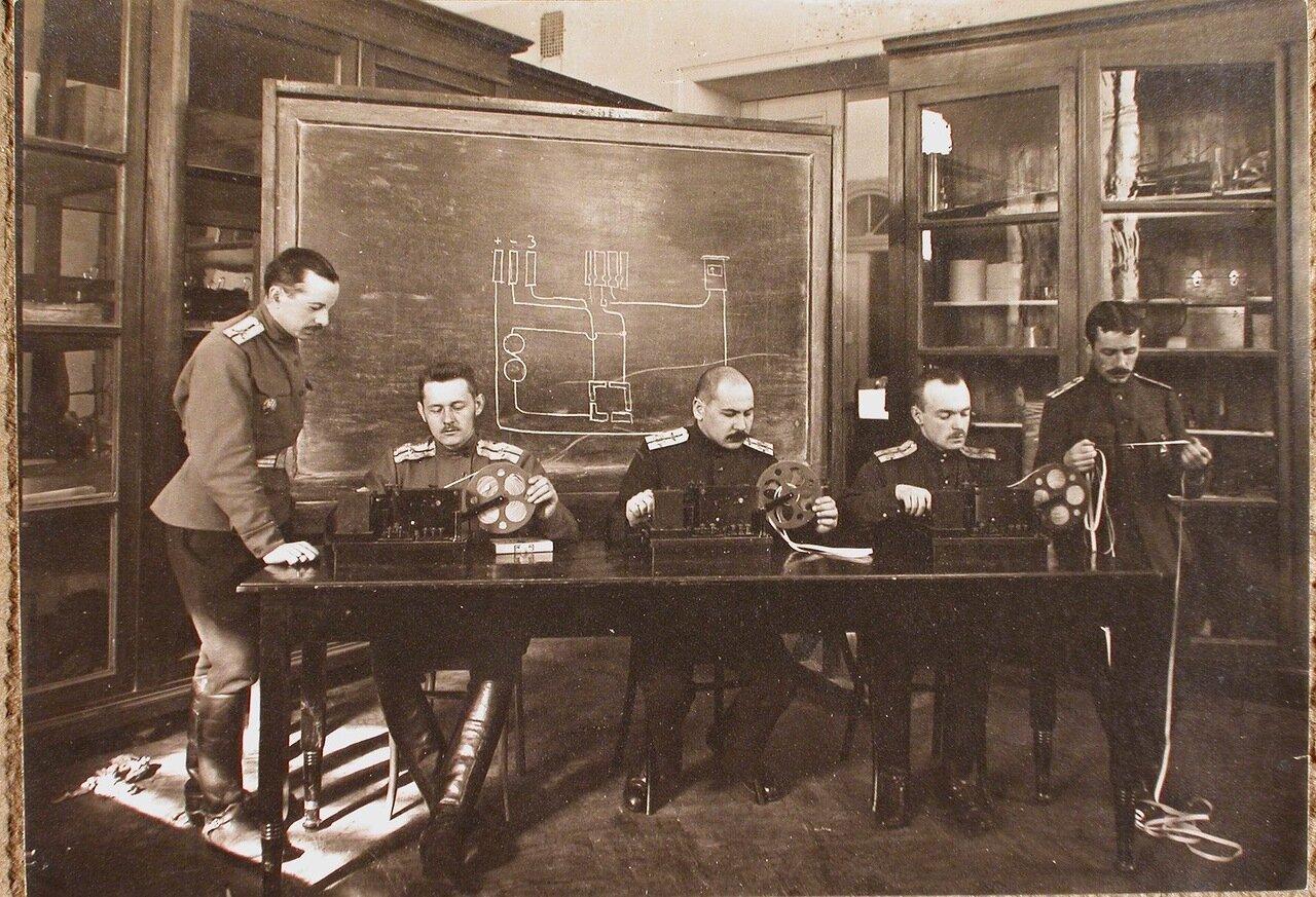 18. Группа слушателей школы во время занятий на телеграфных аппаратах