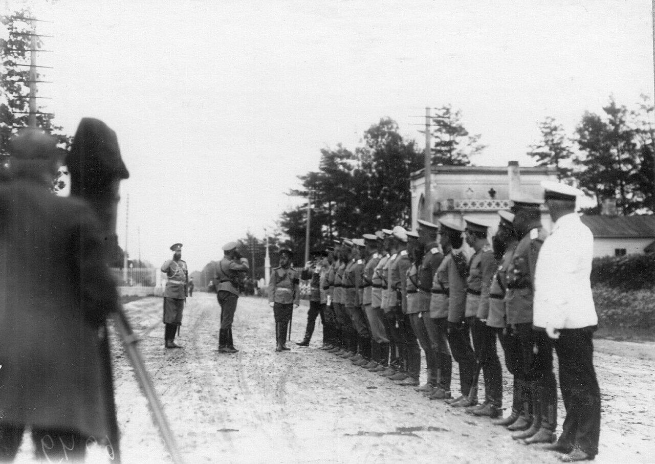 03. Император Николай II и сопровождающие его лица обходят колонну автомобилей