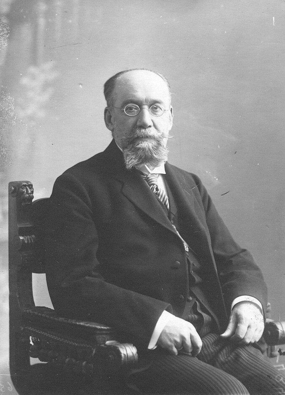 24. Сенатор, тайный советник, сотрудник 1-го департамента Сената Николай Александрович Дедюлин, в кресле. 1912