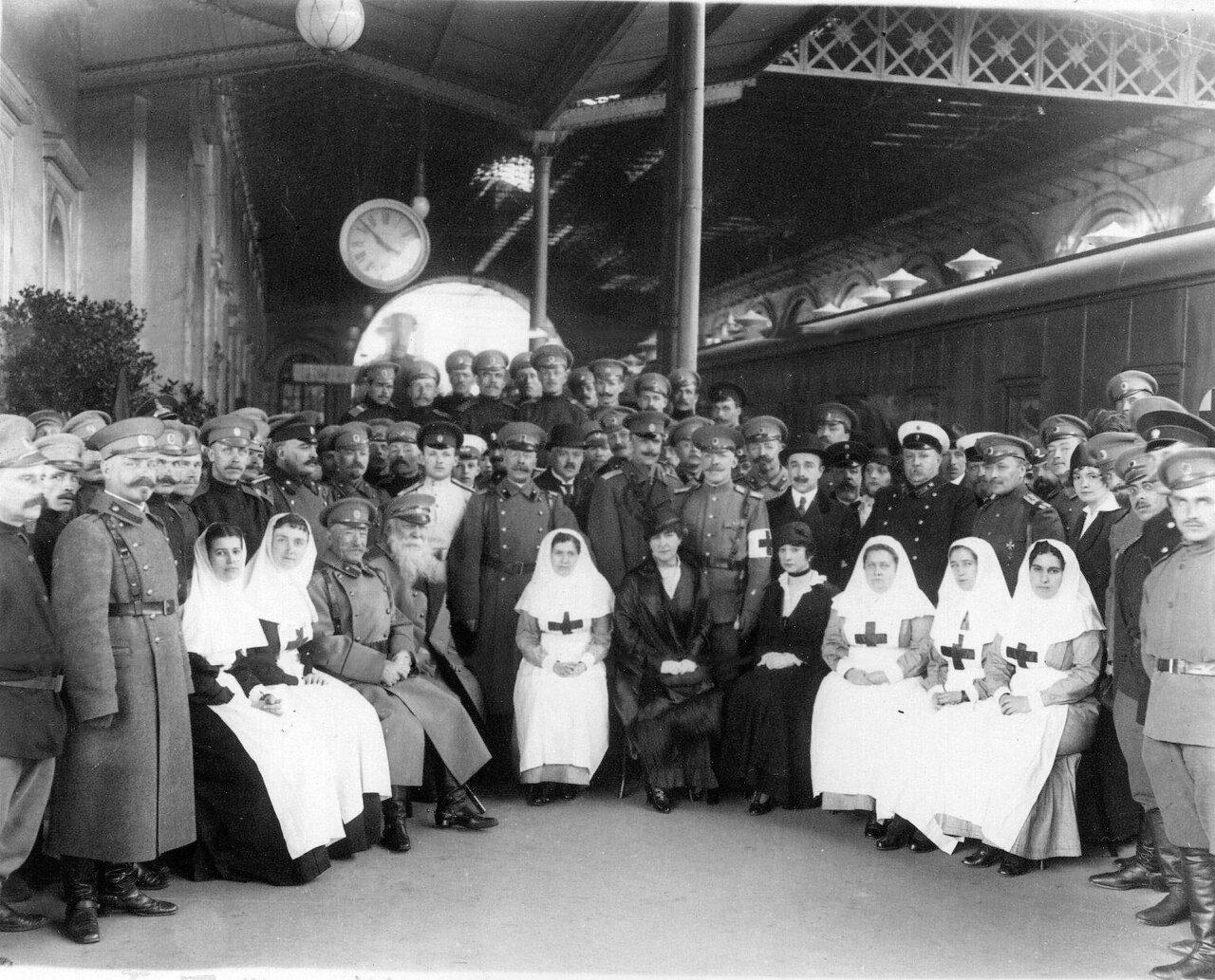 08.Группа медицинского и обслуживающего персонала поезда на перроне Николаевского вокзала