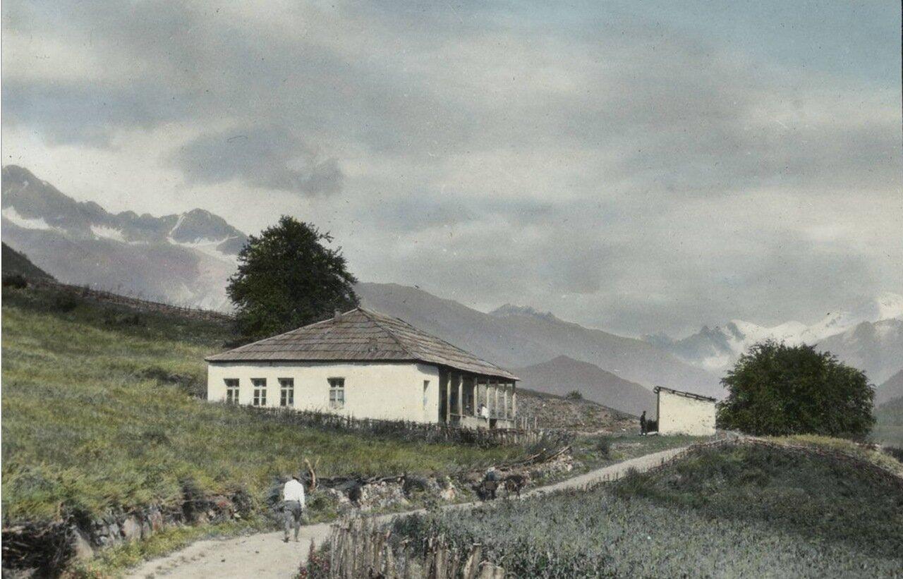 Школа в селе Линджери