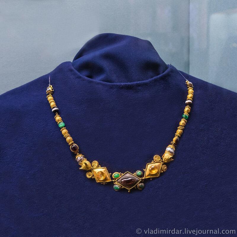 Ожерелье полихромное. Золото, гранат, хризопраз, горный хрусталь, агат, халцедон, альмандин.