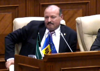 Молдавских депутатов и министров смогут штрафовать за курение в зданиях парламента и правительства