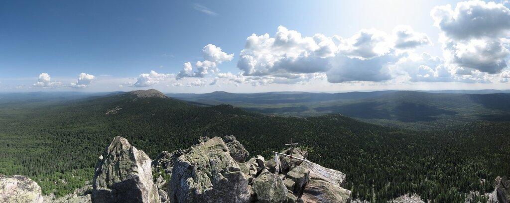 Таганай. Панорама открывающаяся со скал Откликного Гребня