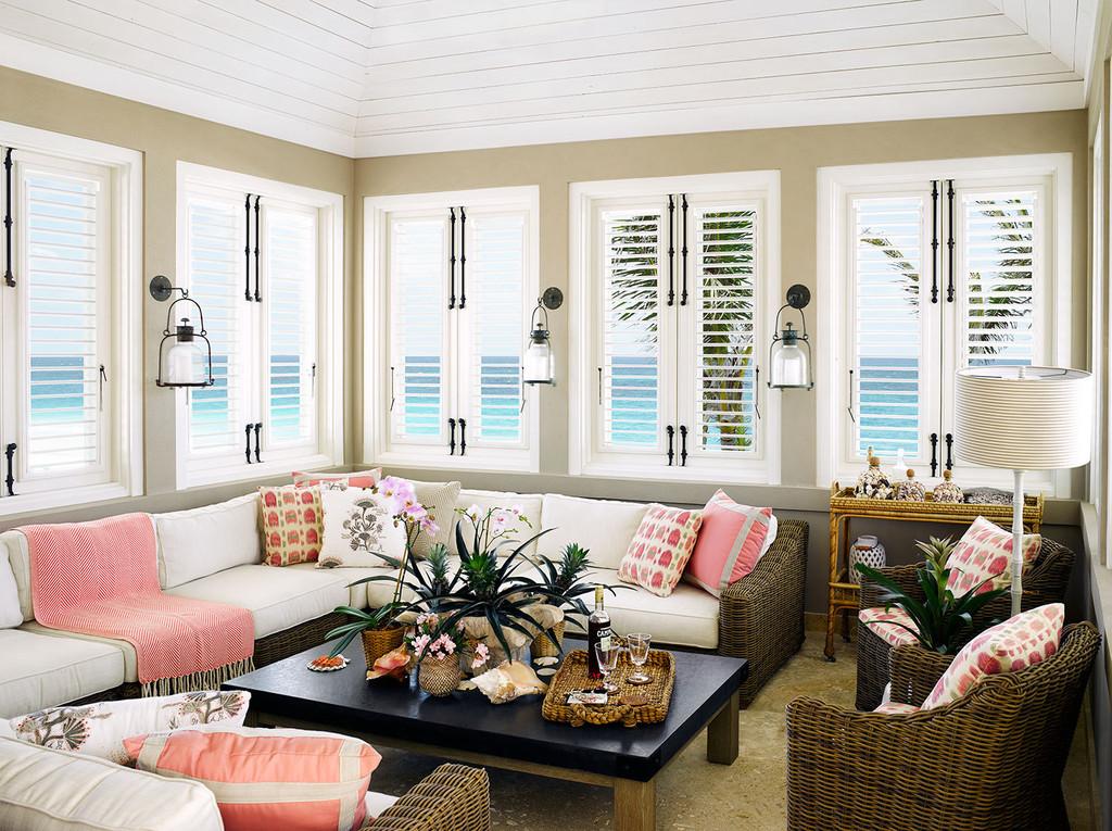 диван угловой, окна, журнальный стол, кресла, торшер