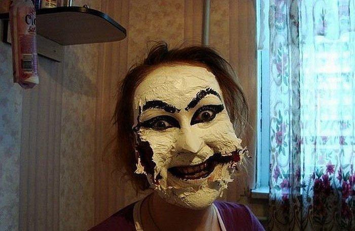 женщина наложила маску для лица