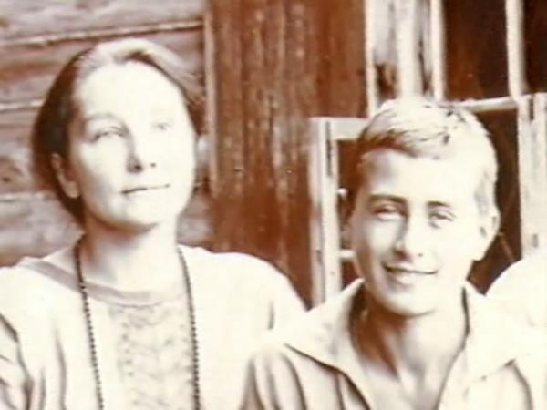 Анна Васильевна с сыном Володей (г. Таруса Калужской губернии, 1926).