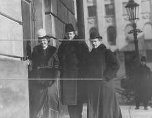 Группа артистов театра: Елизавета Ивановна Тиме (слева) и Николай Николаевич Ходотов (в центре) у входа в театр.