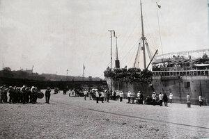 Духовой оркестр, военные чины, горожане на пристани встречают пароход с эвакуируемыми нижними чинами и запасными, прибывший с Дальнего Востока.