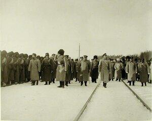 Имперотор Николай II со свитой и высшими офицерскими чинами обходят фронт;справа-великий князь Михаил Александрович