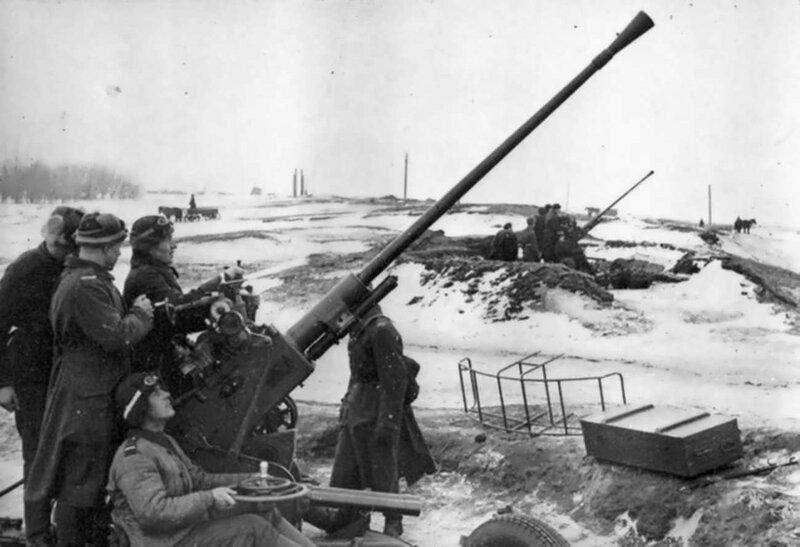Расчеты 37-мм зенитных пушек 61-К Ладожской военной флотилии прикрывают Дорогу жизни