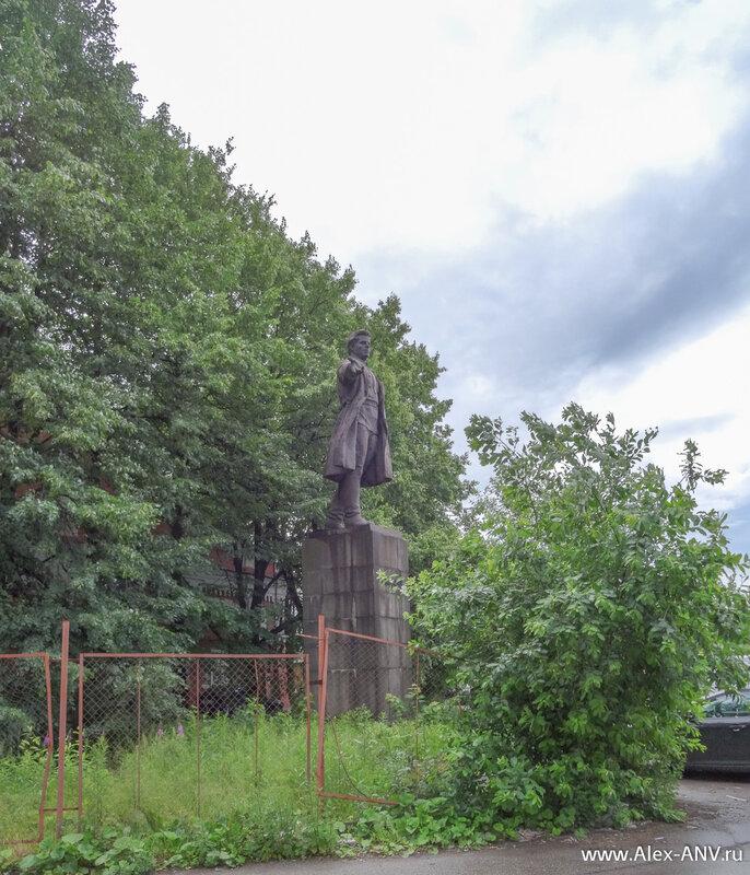 Во дворе за будкой охранника спрятался памятник Кирову.