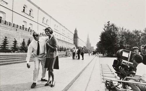 Софи Лорен с Витторио Де Сика в Александровском саду, 1969
