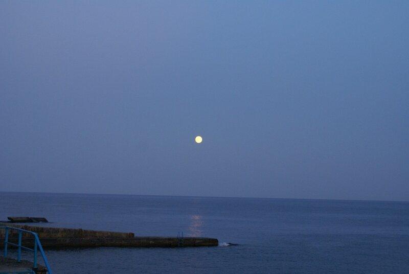 Луна на морем