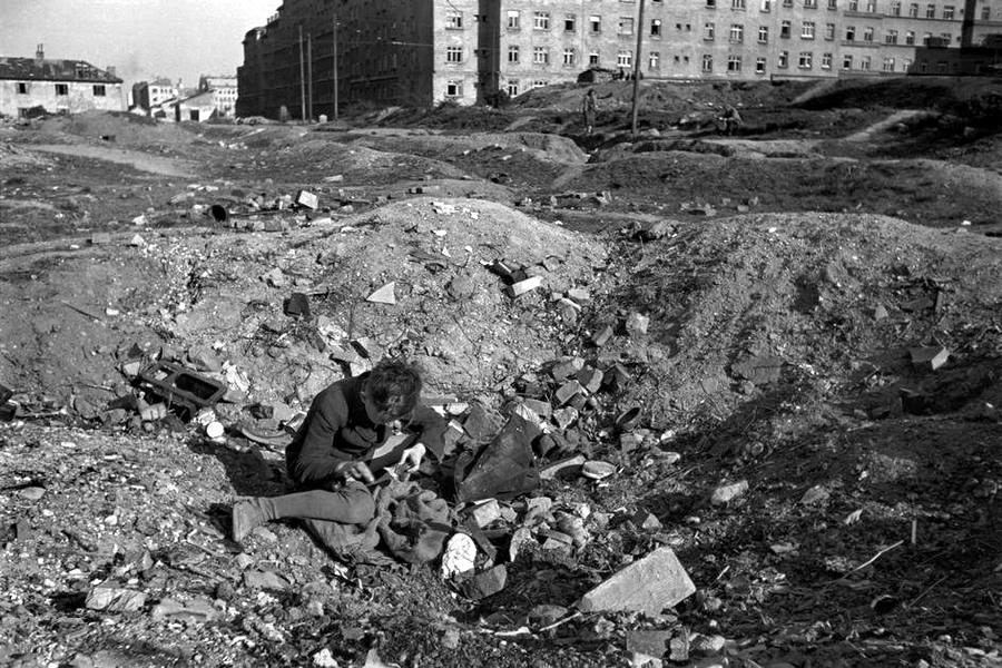 Австрия, 1948 год - Мальчик, копающийся в воронке посреди пустыря