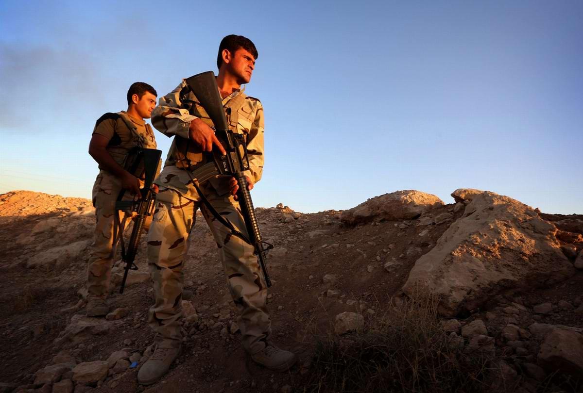 Бойцы военизированных формирований Иракского Курдистана на линии фронта в регионе Махмур (280 км к северу от Багдада)