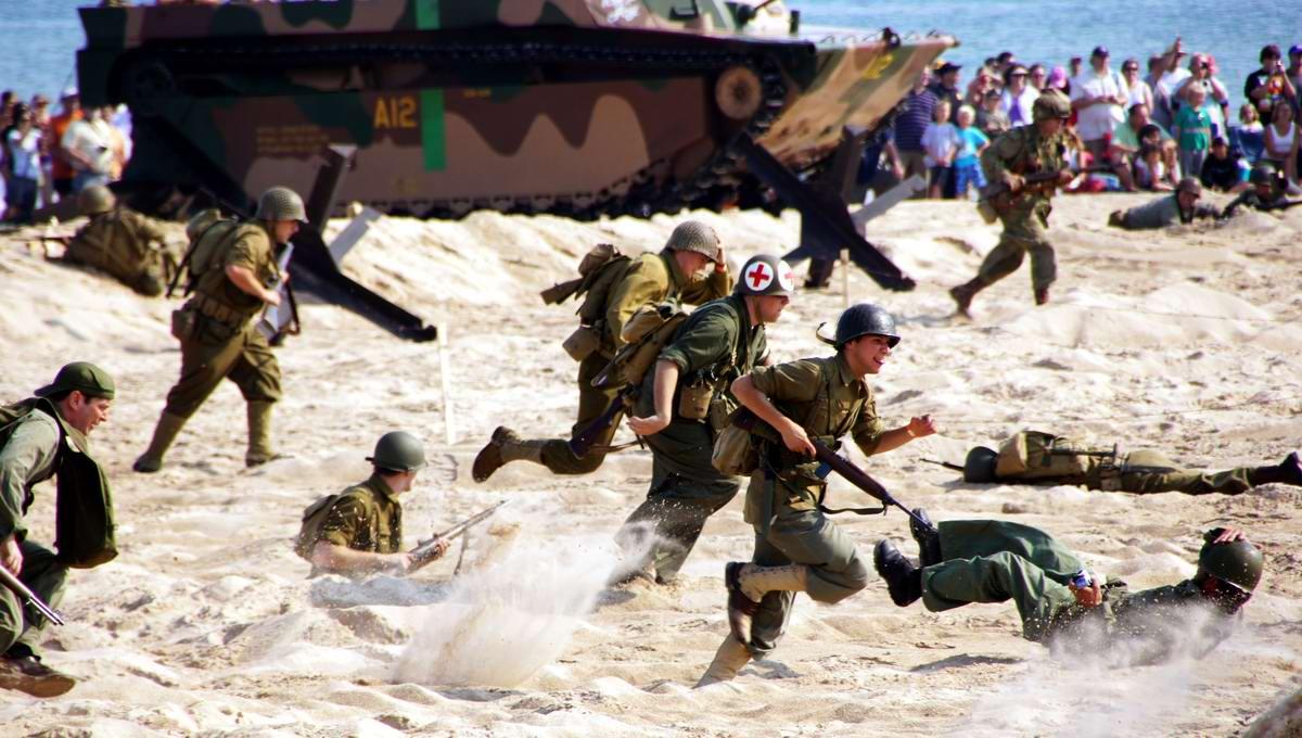Имитация дня Д - высадки союзников на берег французской Нормандии - на берегу одного из Великих озер в штате Мичиган (США) - 2
