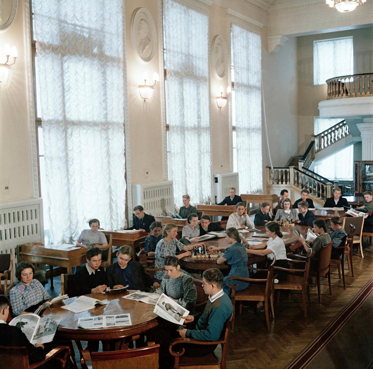 В читальном зале Дома Культуры Нижнего Тагила