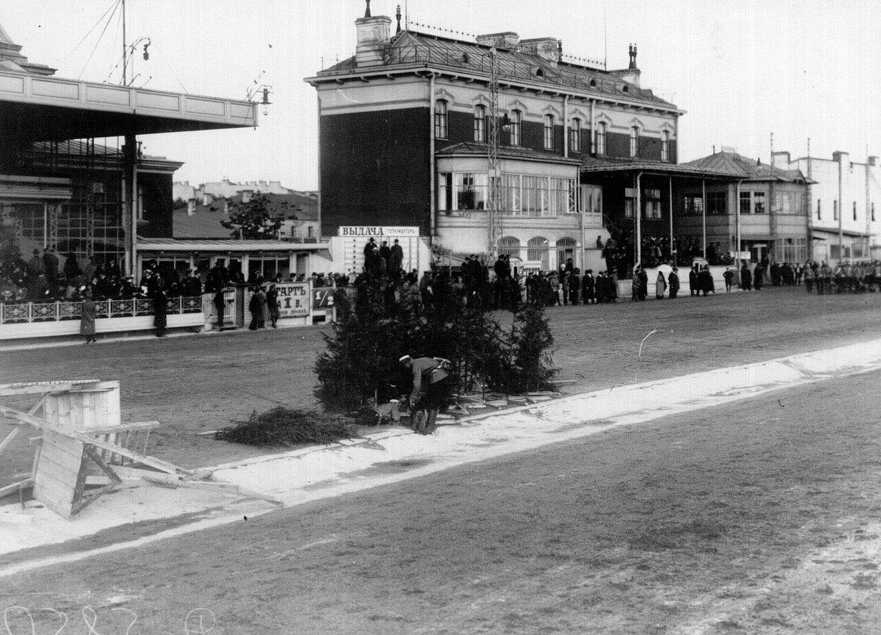 Выставка собак на Семеновском плацу. 20 мая 1910 г. 01. Собака-санитар у раненого солдата