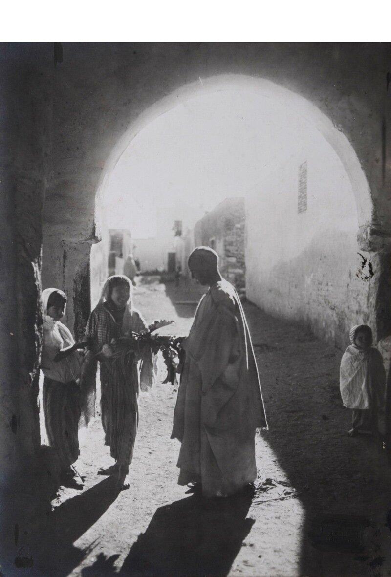 Тунис. Уличная сцена в Кайруане. 1911