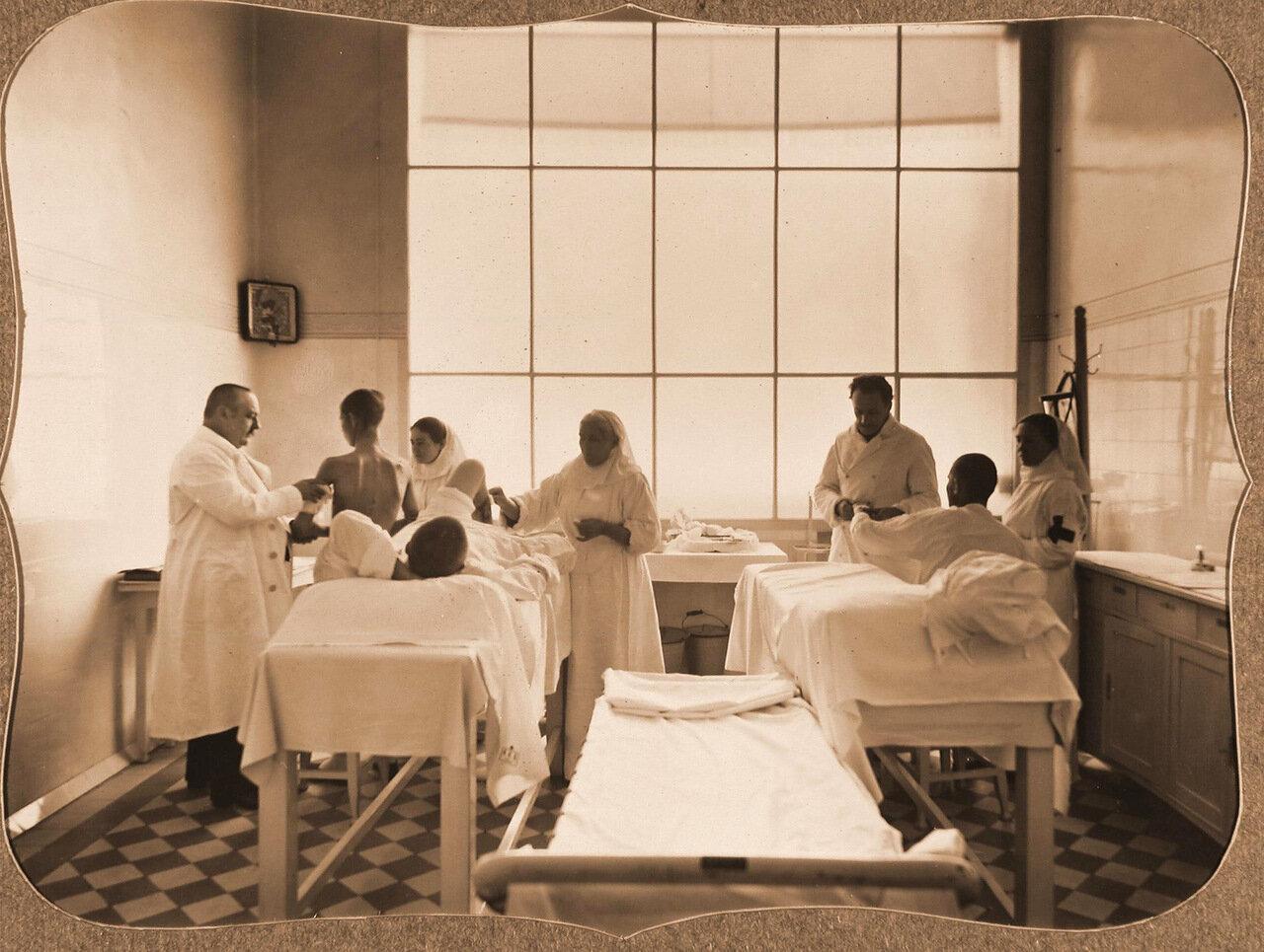 37. Врачи и сестры милосердия за перевязкой раненых в перевязочной лазарета общины
