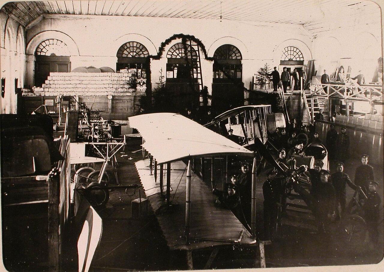 25. Механики и солдаты авиароты в сборочной мастерской (перед 26 ноября). Псков