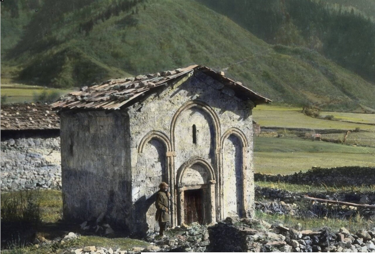 Средневековая церковь возле Мазаири в Верхней Сванетии