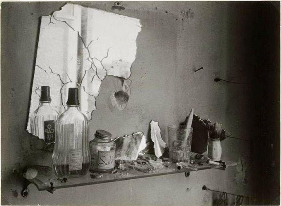 1944. Зеркало в ванной комнате
