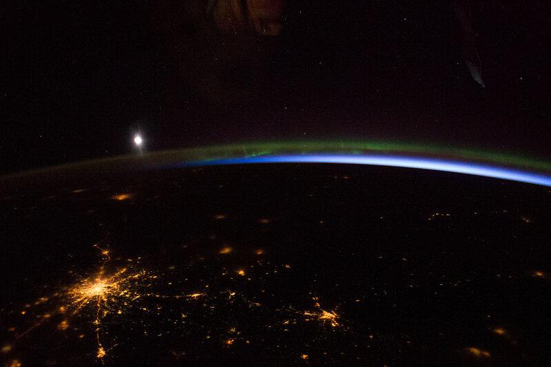 Москва, полярное сияние и Луна