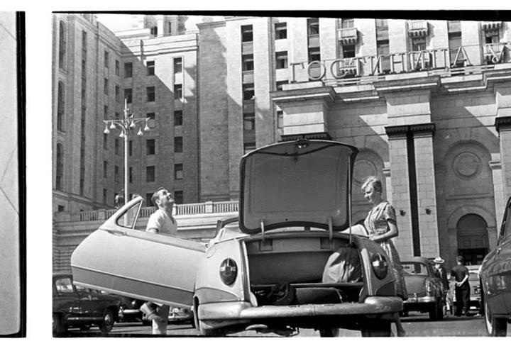 Туристы у гостиницы «Украина». Москва, 1958 год.jpg