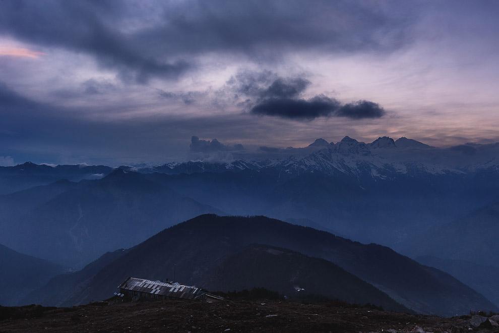 Перевал Laurebina открывает взору потрясающую красоту трех горных массивов — от Манаслу-Гимал (с сан