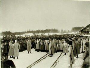 Солдаты и офицеры во время встречи императора Николая II на станции