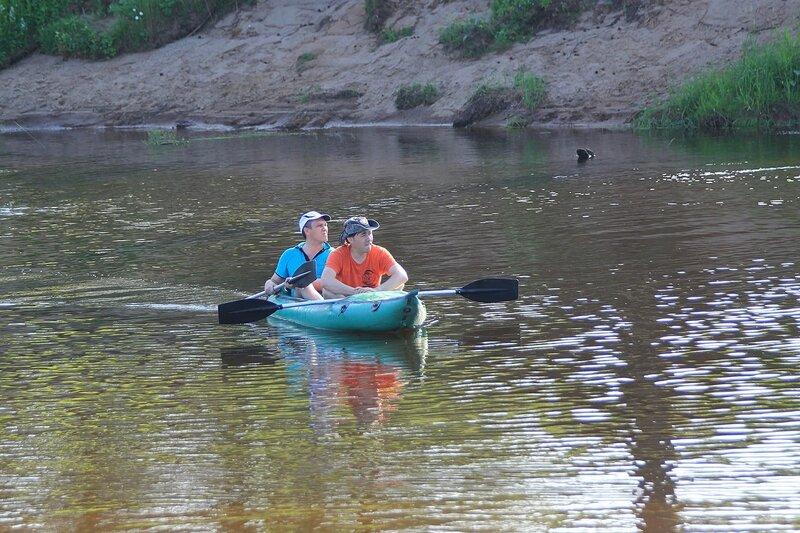 Антон и Лёшка на отремонтированной надувной байдарке (ласточка) плывут по Белой Холунице