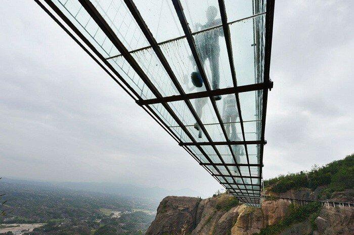 Толщина стекла на мосту составляет 24 мм.