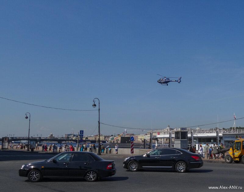 Совершенно неожиданно прилетел вертолётик и деловито сел на плавучую площадку, чуть не посреди толпы. Что поразило - он очень тихо летел.