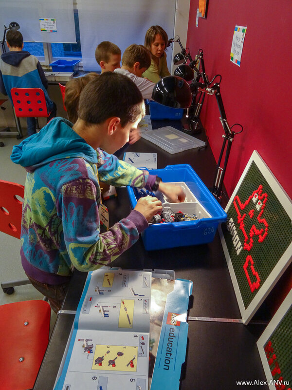 Для детей постарше мастер класс был посложнее, а детальки конструктора поменьше.