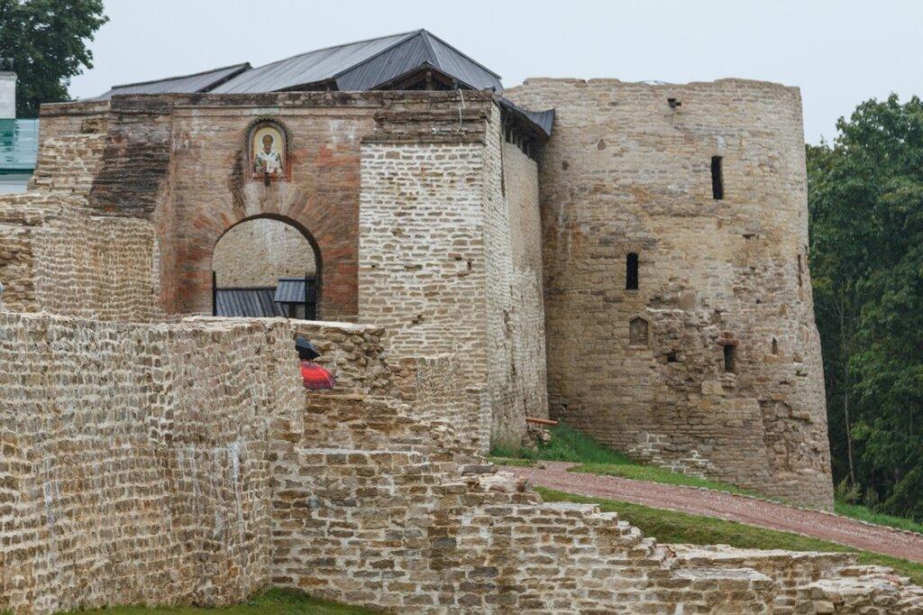 Никольский захаб, Изборская крепость