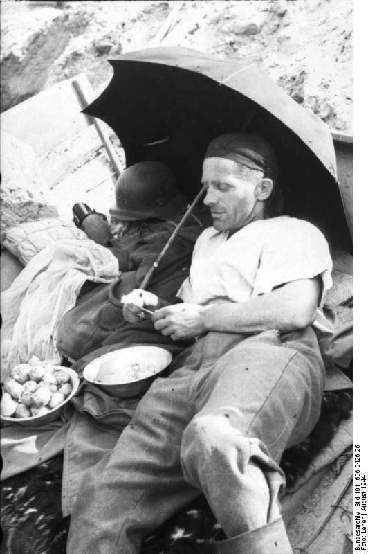 Warschauer Aufstand, Soldat beim Essen