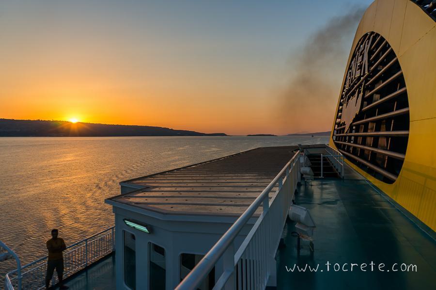 Рассвет в заливе Суда с борта парома Elyros компании Anek Lines.