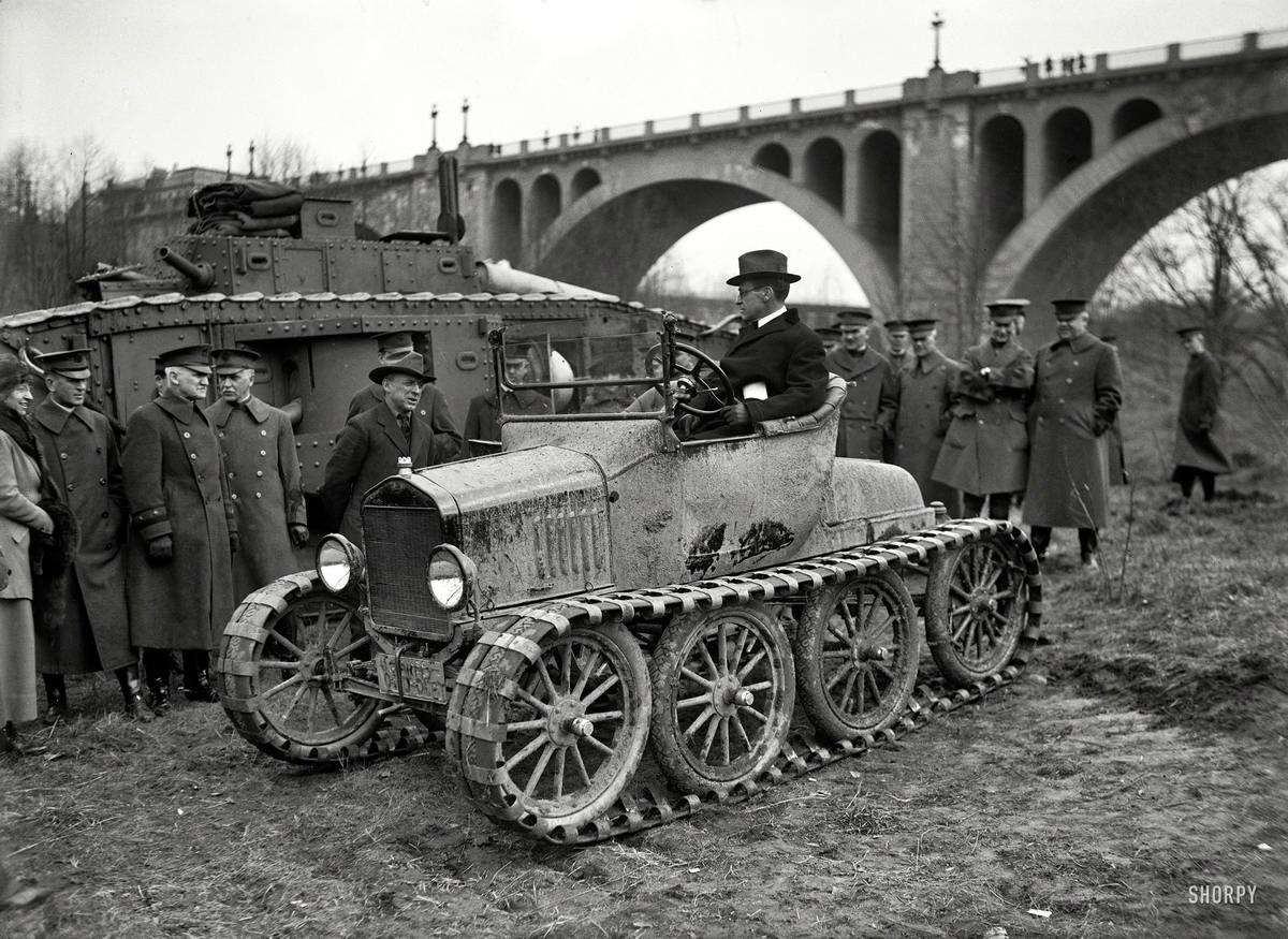 Во время испытаний гусеничного автомобиля для нужд военного ведомства (Вашингтон, 1920 год)