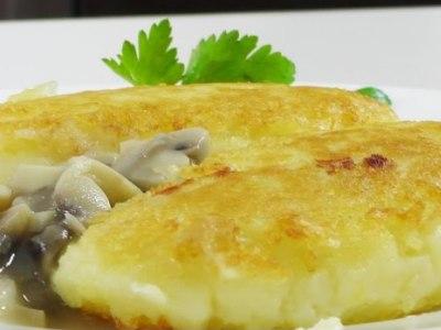 Картофельные зразы с курицей под грибным соусом