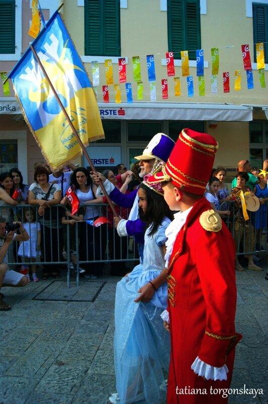 принцесса и предводитель карнавала во главе шествия