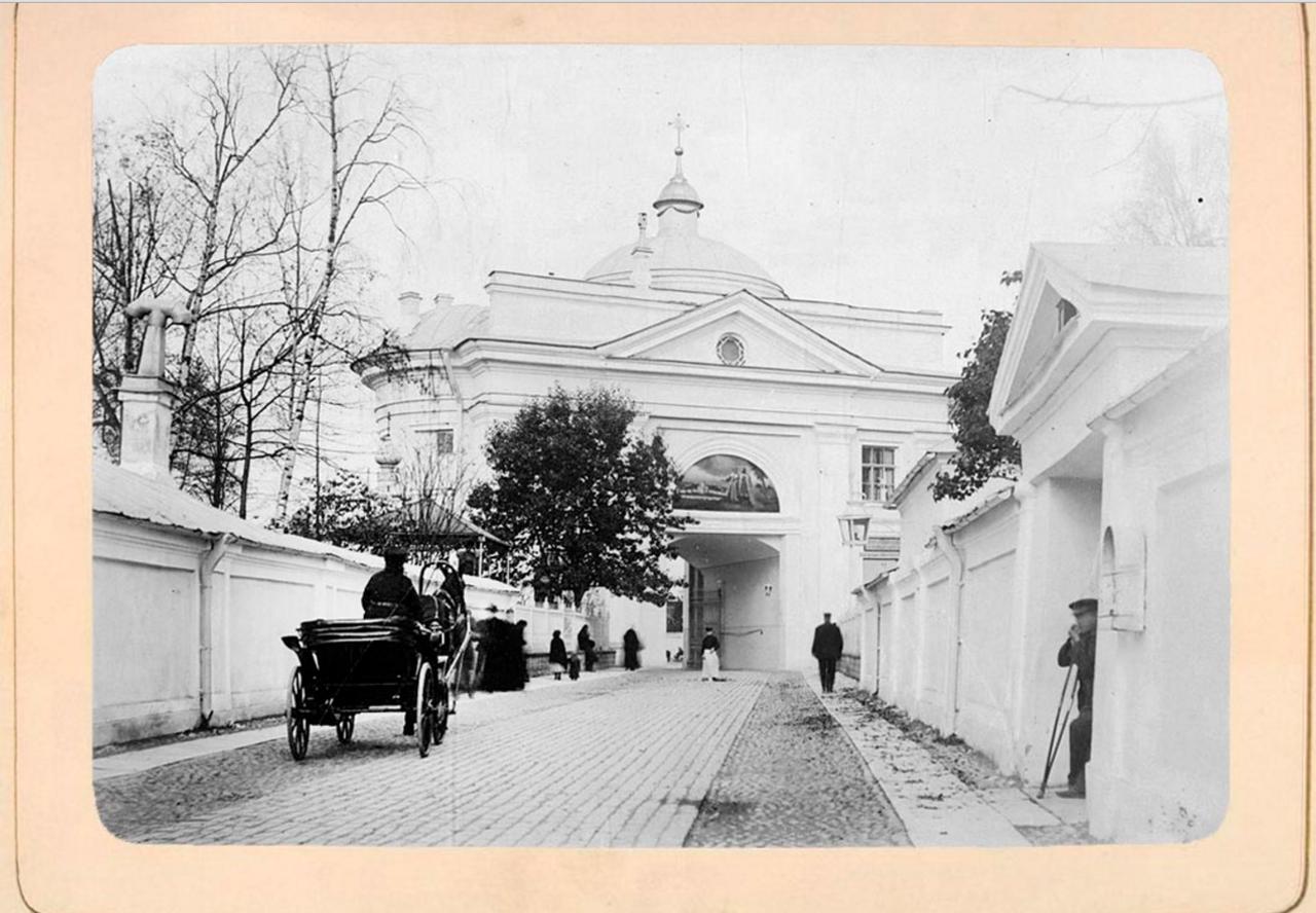 17. Святые врата со стороны Лаврского двора