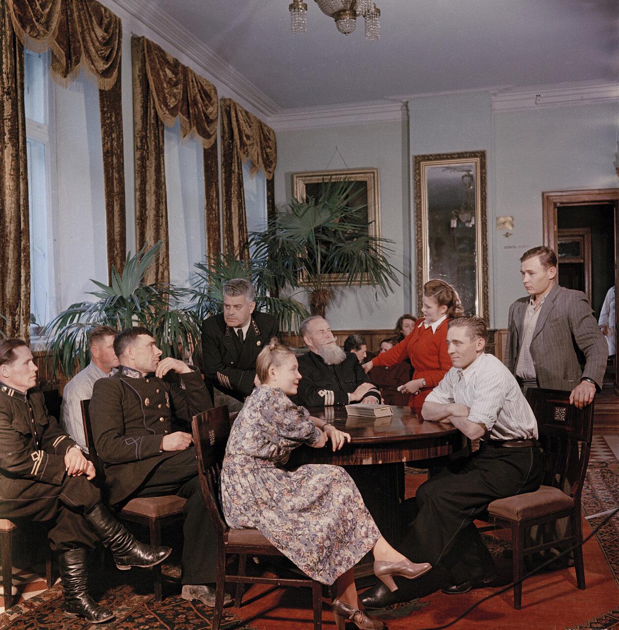 Подмосковный санаторий угольщиков в Михайловском. В одной из гостиных. 1951