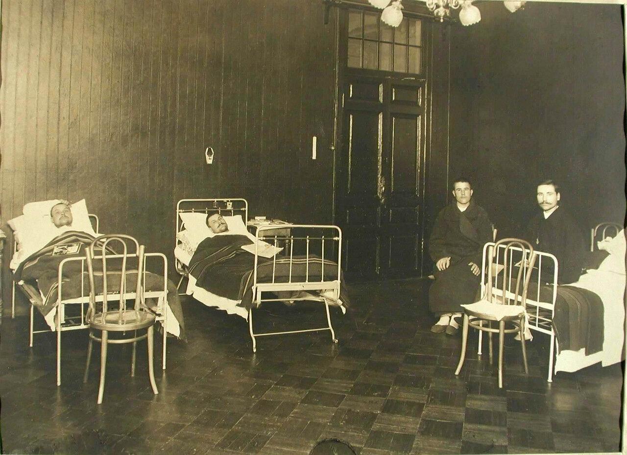 08. Группа военных в палате для тяжелораненых